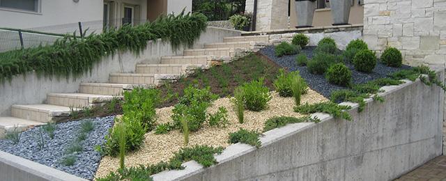 Aiuole con sassi colorati perfect con luausilio di for Aiuole giardino con sassi