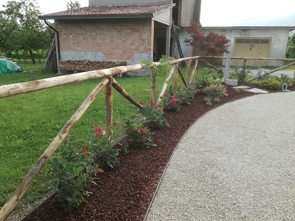 Giardino con aiuole staccionata e area carrabile verde idea - Staccionata giardino ...