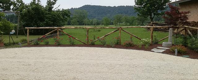 immagine progetto giardino con aiuole, staccionata e area carrabile