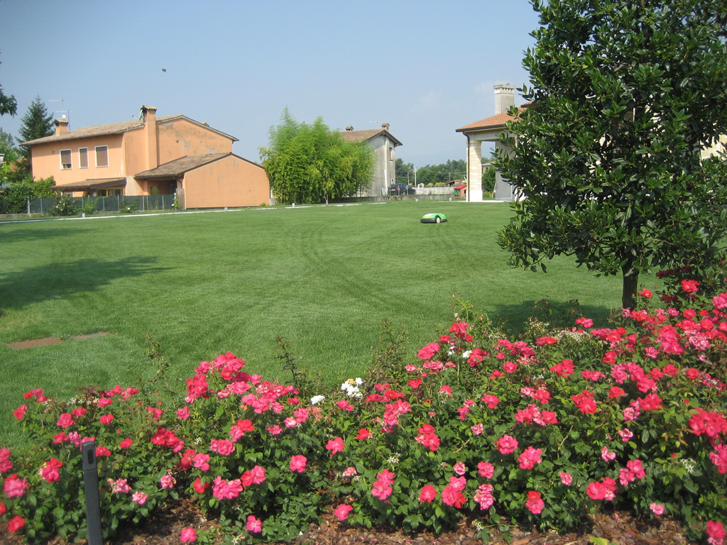 Progetto giardino con aiuole fiorite verde idea for Aiuole fiorite immagini