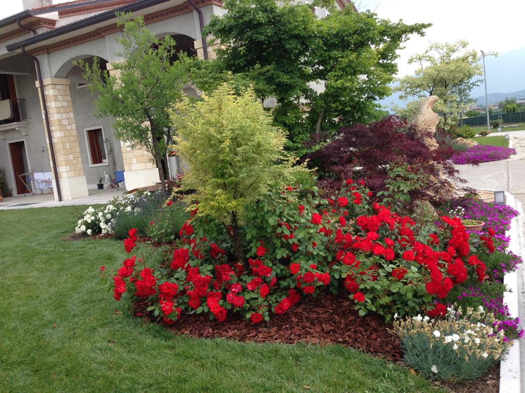 Progetto giardino con aiuole fiorite verde idea for Aiuole giardino con sassi