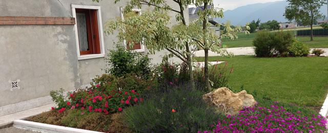 Progetto giardino con aiuole fiorite verde idea for Realizzazione giardini privati