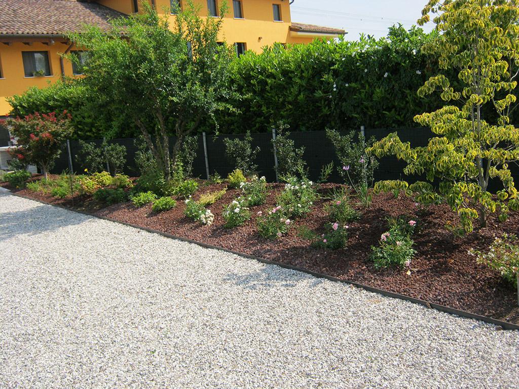 immagine progetto giardino privato con aiuole a Riese Pio X