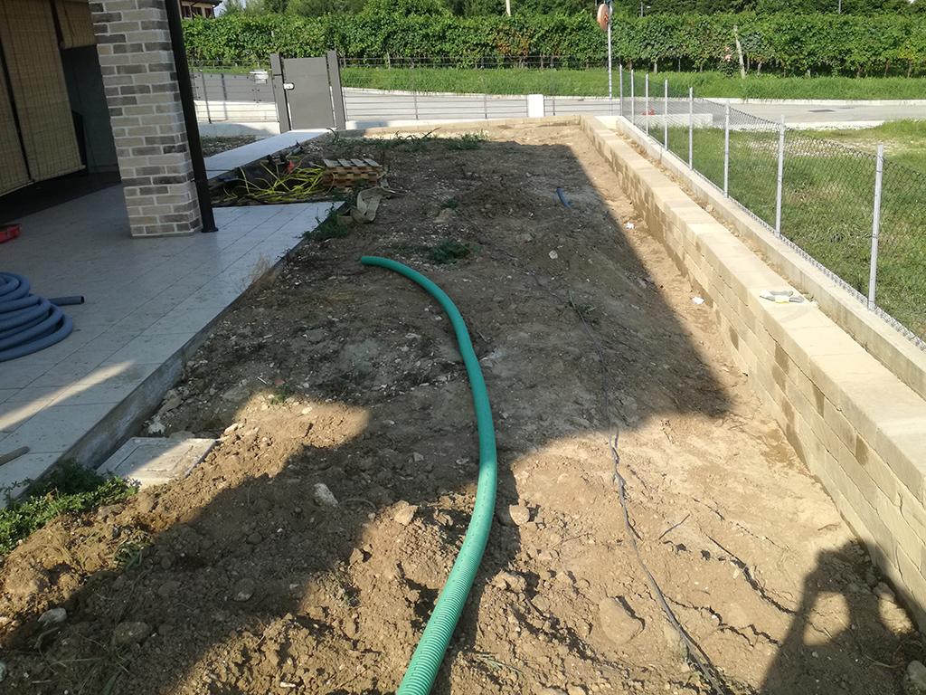 Realizzazione giardino con muretta di contenimento in tufo e semina