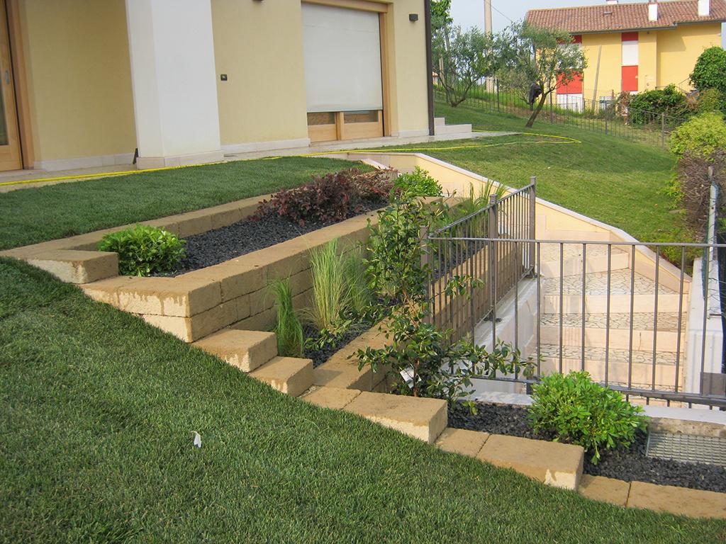 Giardino con prato a rotoli e aiuole verde idea for Giardini con aiuole