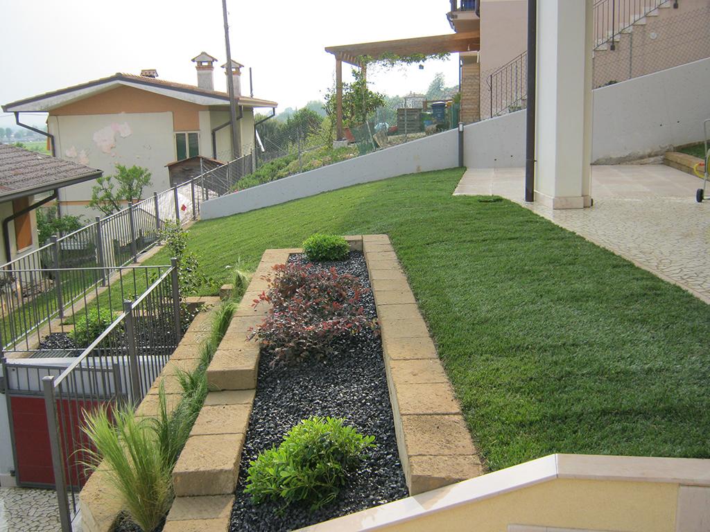 Giardini con aiuole best beautiful bordo aiuole con for Aiuole giardino immagini