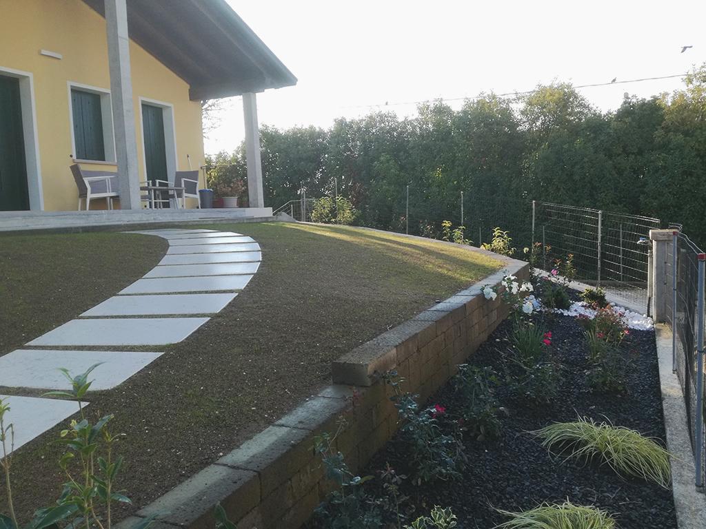 Realizzazione giardino con contenimento in tufo e camminamento