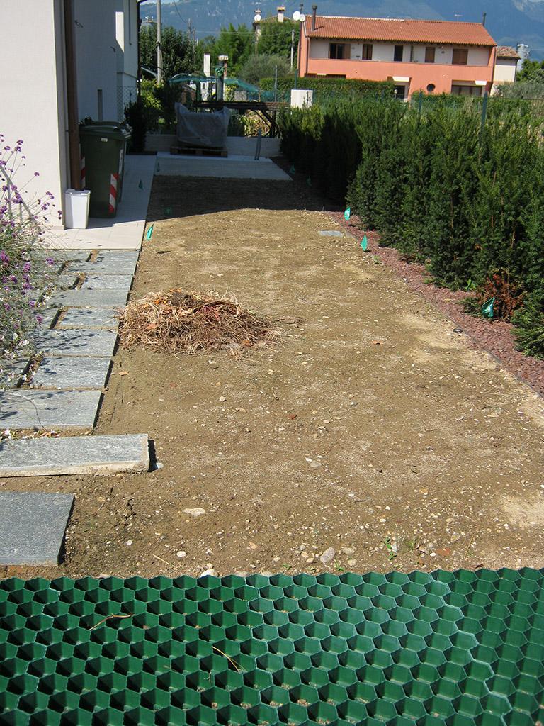 Progetto giardino privato con siepe di tasso erbacee perenni e prato a rotoli verde idea - Progetto giardino privato ...