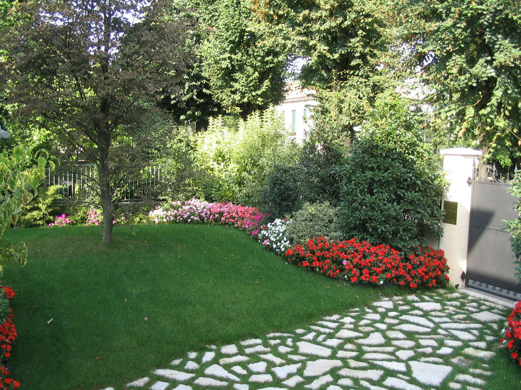 Progetto piccolo giardino con fioriture stagionali verde for Giardino piccolo
