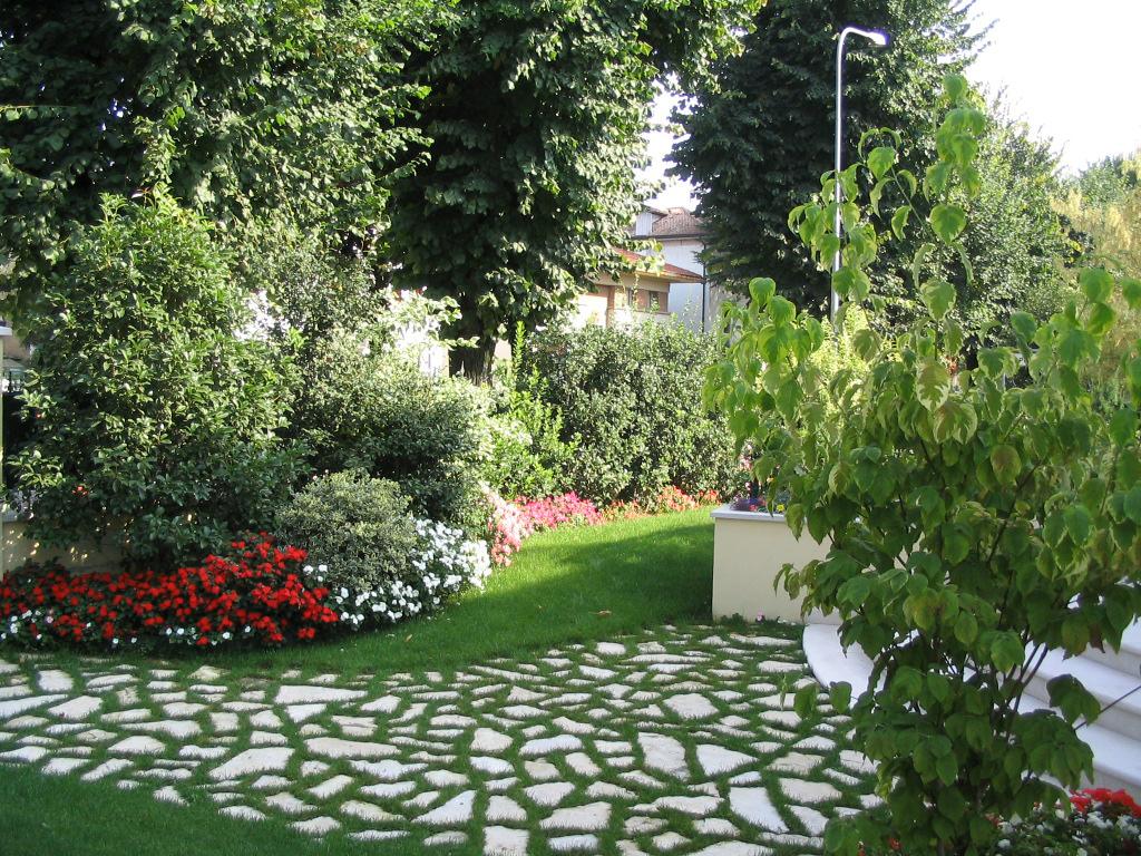 Progetto piccolo giardino con fioriture stagionali verde for Piccoli giardini ornamentali