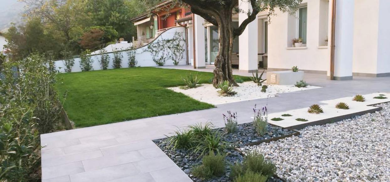immagine creazione aiuole fiorite e composizione piante erbacee perenni